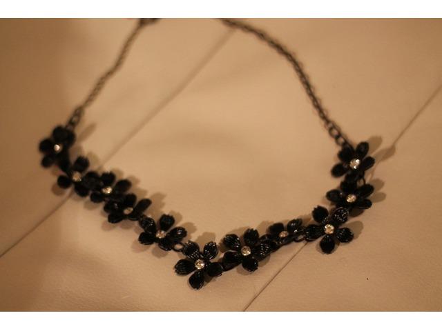 Crna ogrlica sa cvjetovima