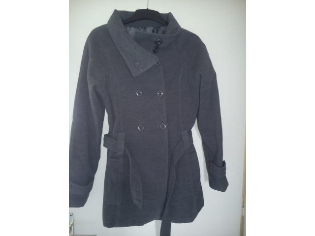 Sivi kaput malo nošen