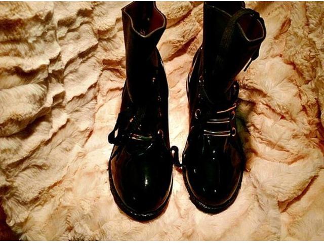 NOVO - čizmice, crne lakirane