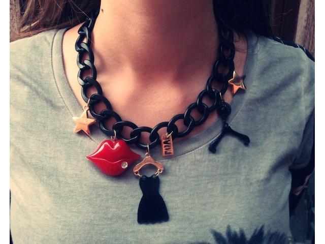 Crna choker ogrlica s privjescima