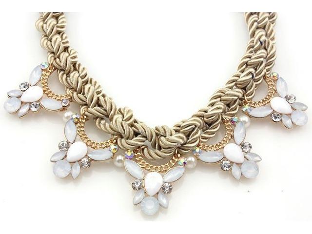 Zlatno bijela ogrlica s kristalima
