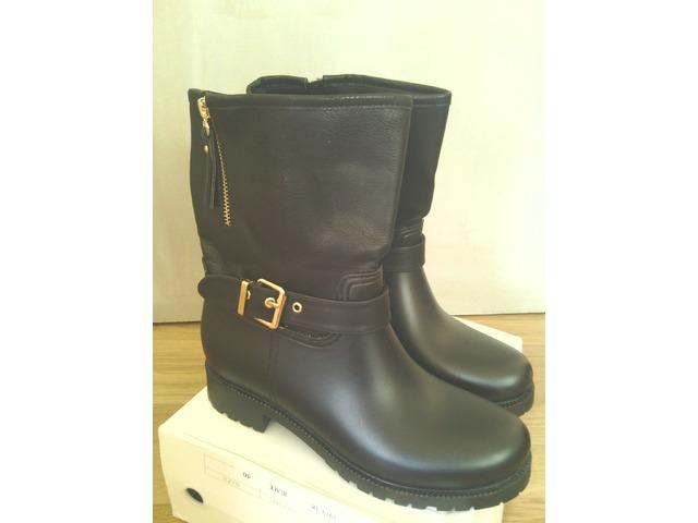 nove crne cizme sa zlatnim detaljima