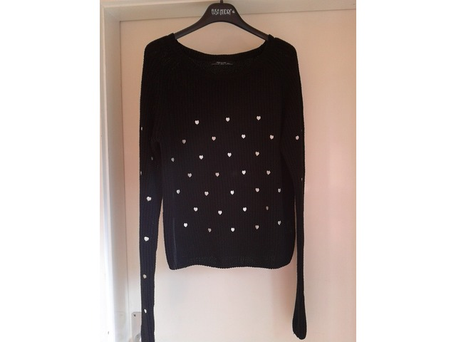 Crni pulover sa srcima