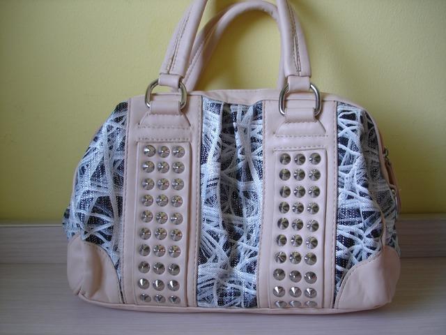 Nova bež torbica sa zakovicama