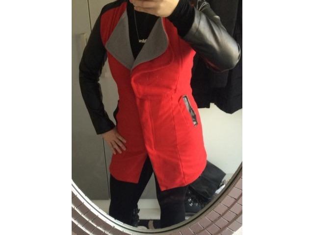 Crveno sivo crna vesta