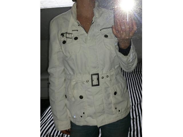 Bijela proljetna jaknica