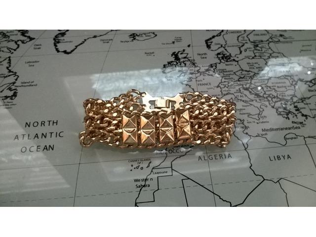 Zlatna narukvica s detaljem zakovica