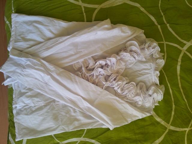bijela košulja s volančićima