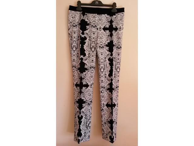 H&M hlače sa printom..