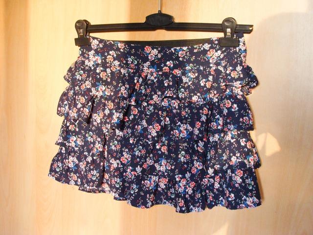 Tamnoplava suknjica s cvijetnim uzorkom!!