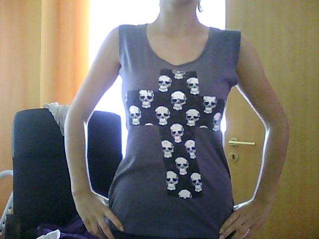 Majica sa mrtvačkim glava i otvorenim leđima