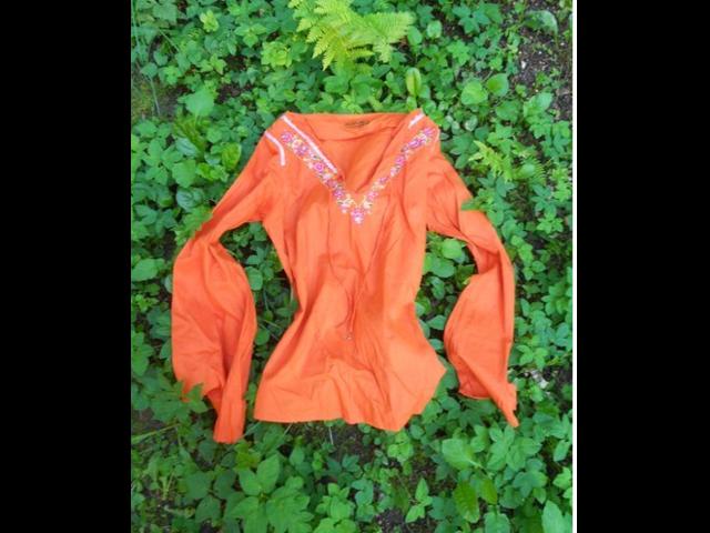 Narančasta bluza sa cvjetnim vezom