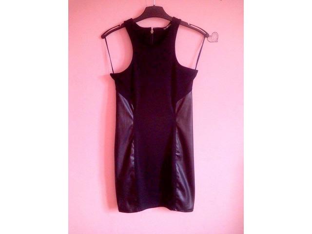 Crna kratka haljina s kožnim uzorkom sa strane!!