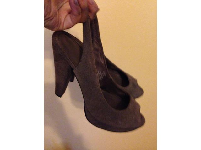 H&M sandale na petu