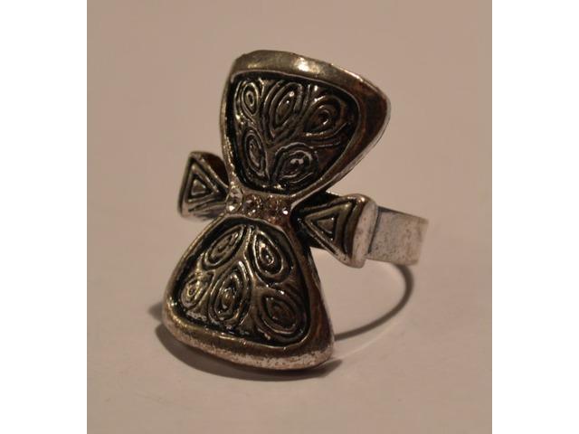 Prsten u obliku mašnice