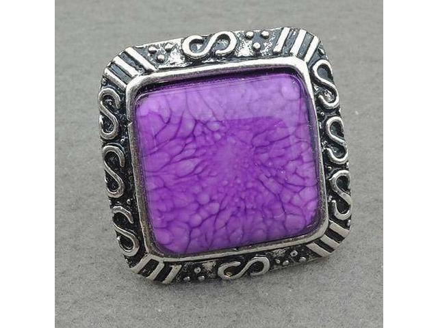 Prsten s ljubičastim kamenom