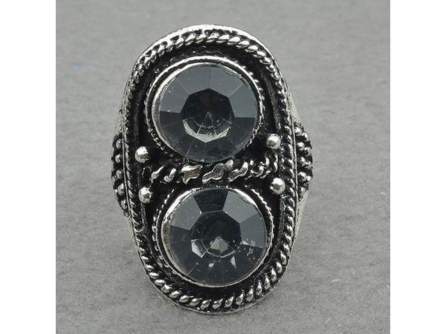 Prsten ukrašen kamenjem