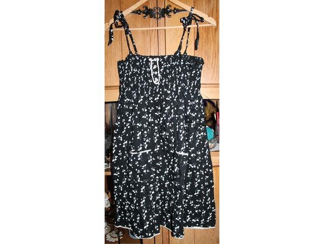 crna haljina s cvjetićima