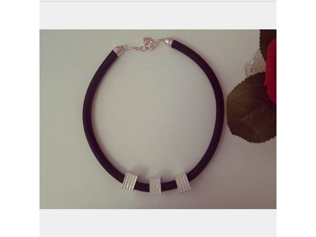 Kožna ogrlica s tri metalna privjeska