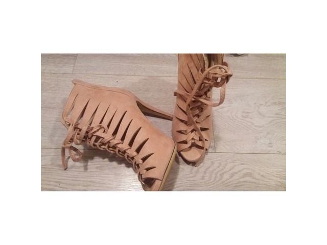Pudrasto roze sandale