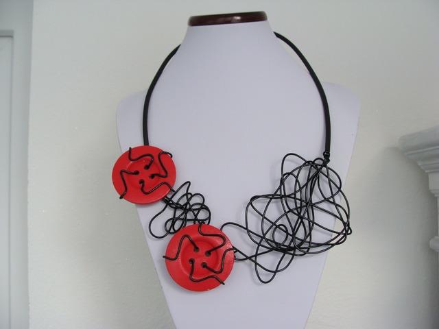 Ogrlica od gume s drvenim gumbima