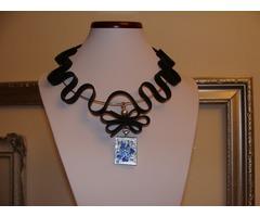 Ogrlica od gume sa staklenim privjeskom